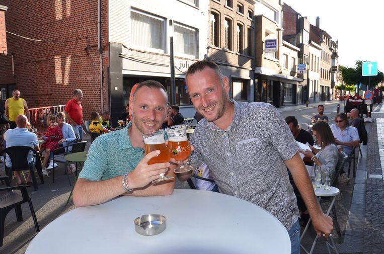 Tim en Bert Cardoen drinken iets aan een terrasje in de Geraardsbergsestraat, de 'terrasstraat'.