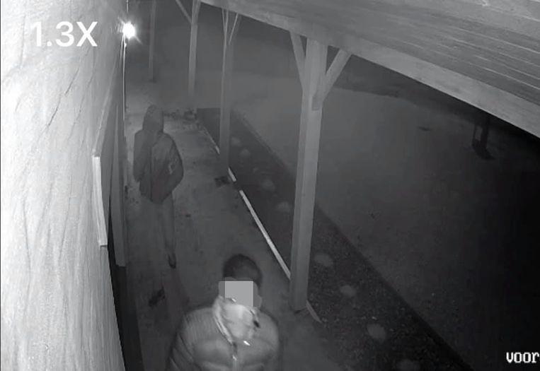 Op camerabeelden is te zien hoe twee verdachten eerst rond de hoeve sluipen.