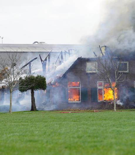 Grote brand verwoest woonboerderij van brandweervrouw in Wesepe