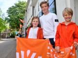 Deze kinderen hebben op Koningsdag het beste plekje langs de route