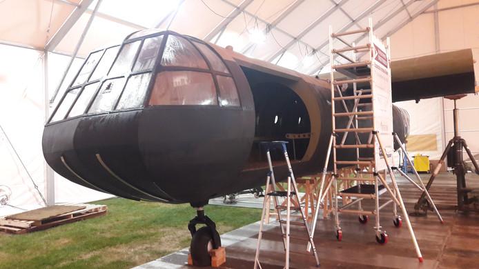De replica van de Horsa in de hangar in Oosterbeek, wachtend op verdere assemblage.