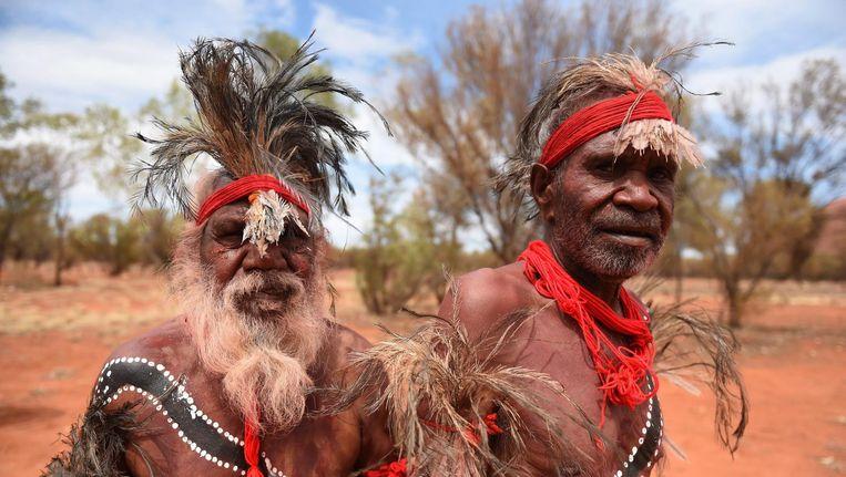 Twee Aboriginal mannen tijdens de viering van de terugkeer van de rotsen Uluru en Kata als hun eigendom Beeld epa