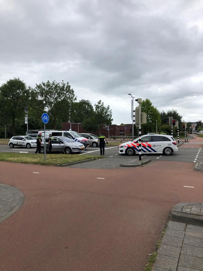 De politie reed een auto klem op de Ettensebaan.