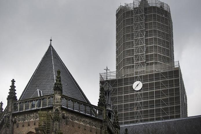 De nieuwe klok op de toren van de Eusebiuskerk in Arnhem.