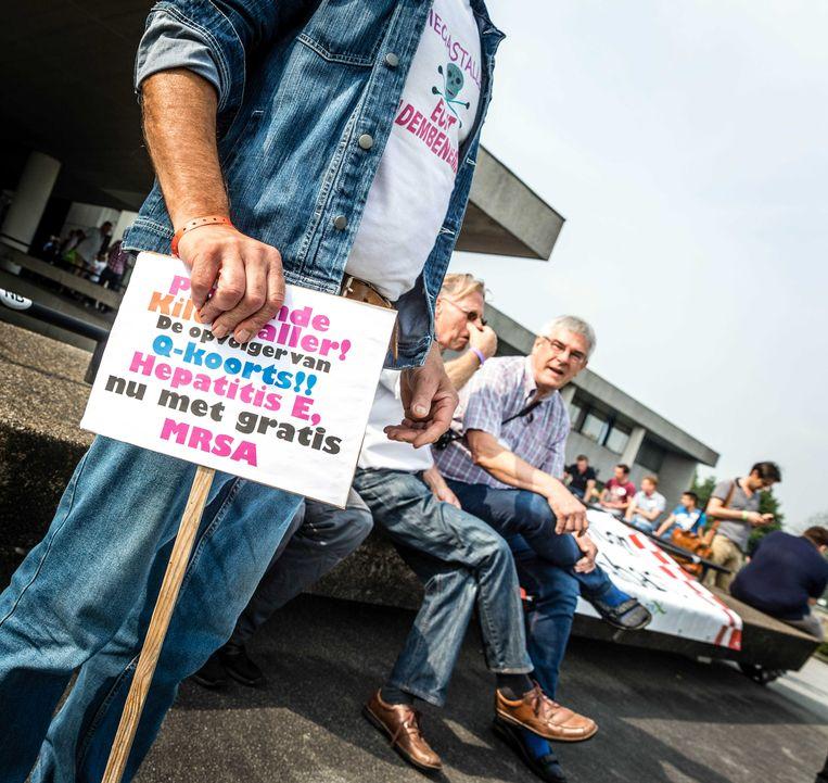 Honderden boeren en burgers volgden op het plein voor het provinciehuis in Den Bosch via televisieschermen het debat over hun toekomst. Beeld ANP