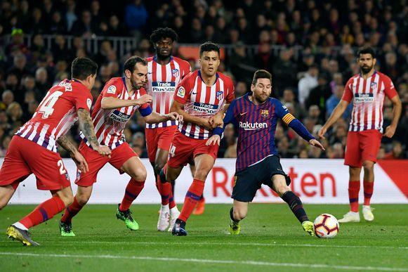 Alle hens aan dek bij Atlético: Messi aan de bal.