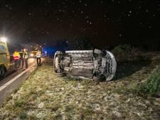 Auto op de zijkant langs A12, inzittende gewond