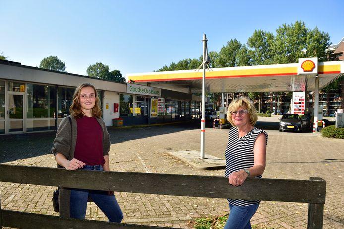 Sanne Krutzen ( links ) en Marijke van Oijen op de plek aan de Ridder van Catsweg in Gouda waar waarschijnlijk drie woontorens worden gebouwd.