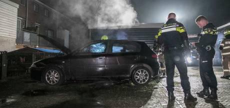 Twee auto's in brand gestoken in Arnhemse wijk Klarendal, eigenaar blust met tuinslang