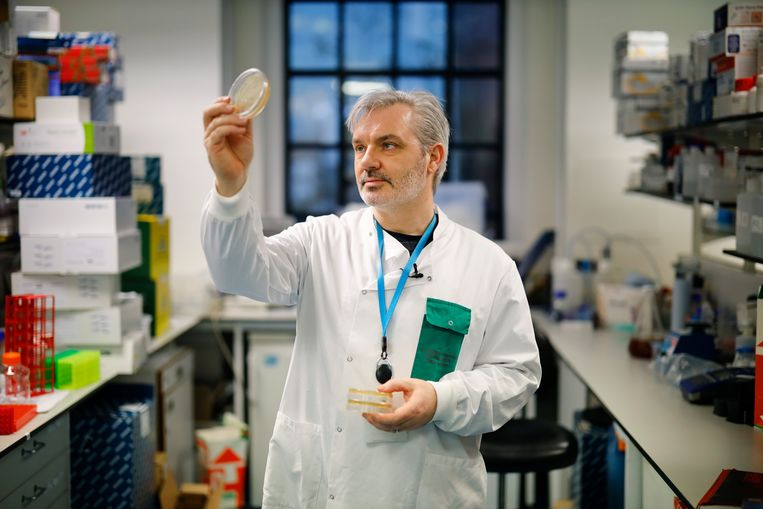 Dokter Paul McKay is op zoek naar een vaccin voor covid-19. Beeld AFP