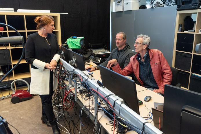 Carin Kampman overlegt met Tibbe Warnier (midden) en Paul van Heel over de technische uitvoering.