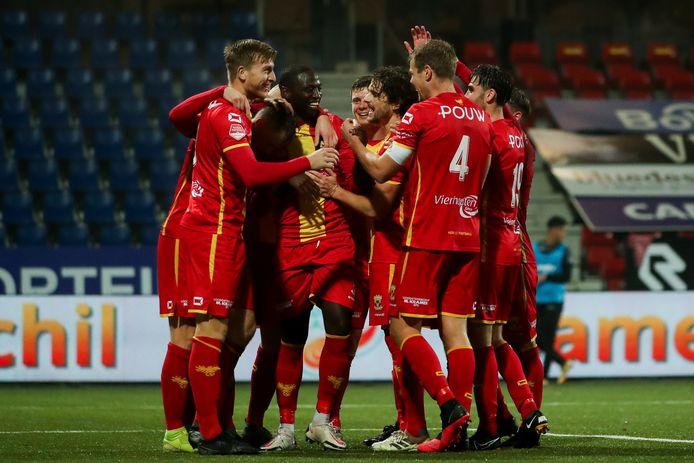 Jacob Mulenga is het middelpunt van een Deventer feestje in Velsen. Als invaller kopte Mulenga twee keer raak en daarmee boog GA Eagles een 1-0 achterstand om tot een 1-2 overwinning.
