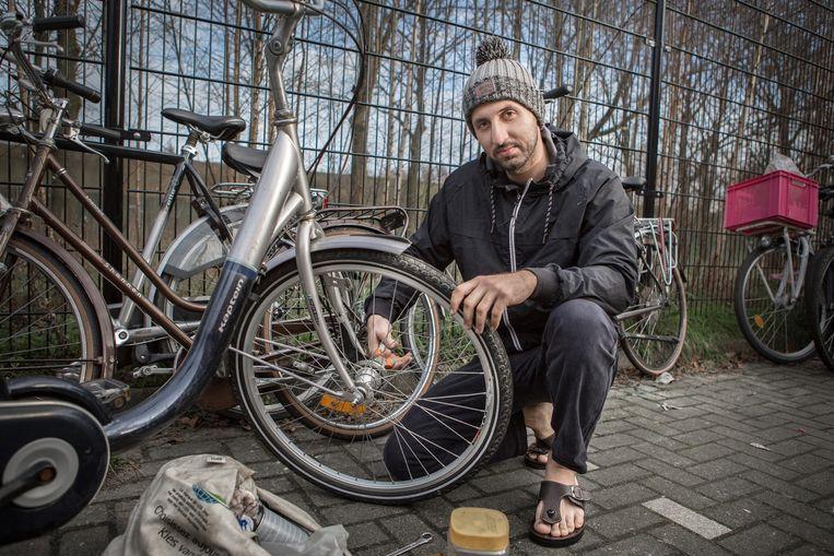 Vluchteling in AZC Eindhoven die zijn beroep uitoefent in ruil voor andere diensten. Beeld Cigdem Yuksel