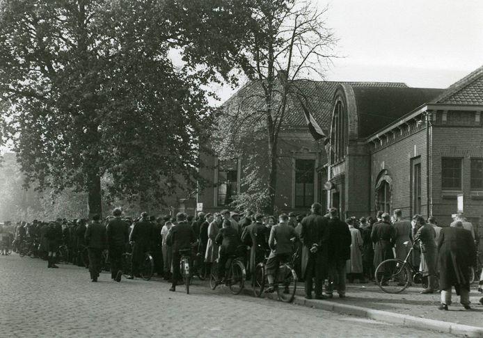 Ossenaren luister in oktober 1944 in de Kruisstraat naar Radio Oranje om thuis stroom uit te sparen.