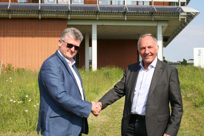 Walter Kestens en Eddy Poffé geven elkaar de hand om de goede samenwerking tussen VOKA en stadsbestuur te bekrachtigen