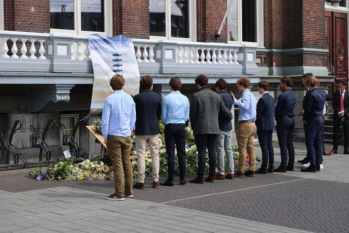Honderden mensen namen vanmiddag afscheid van de twee Delftse surfers.