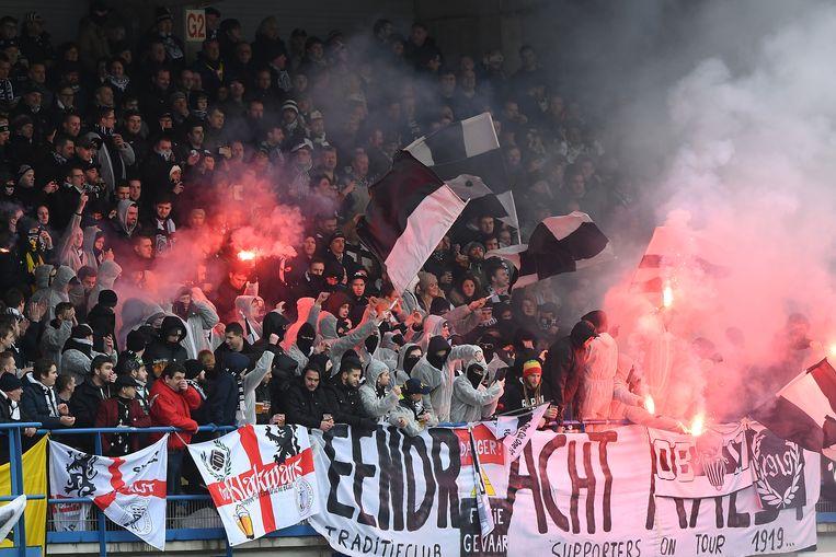Eendracht-fans tijdens de match tegen FCV Dender.