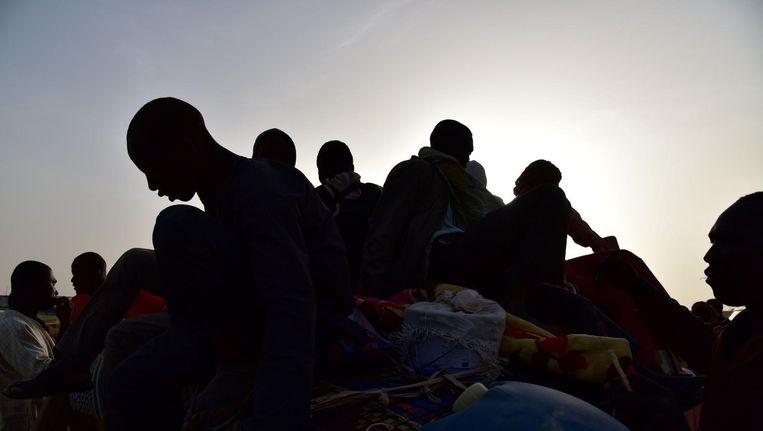 Migranten worden teruggebracht na een vergeefse vluchtpoging vanuit Libië naar Europa. Beeld afp