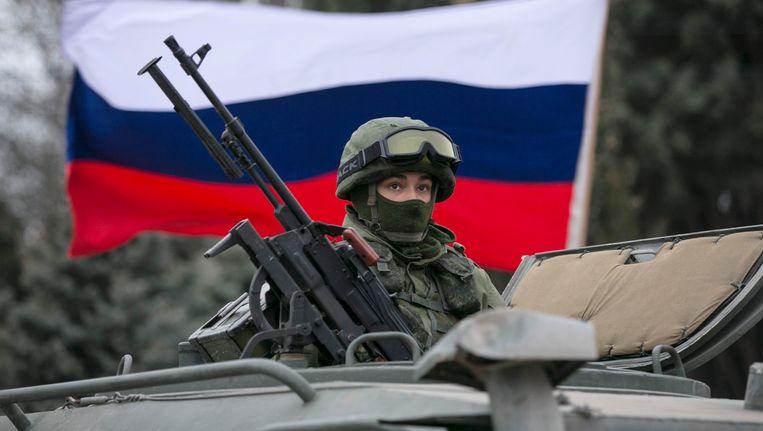 Een pro-Russische militair bij een grenspost op de Krim. Beeld REUTERS