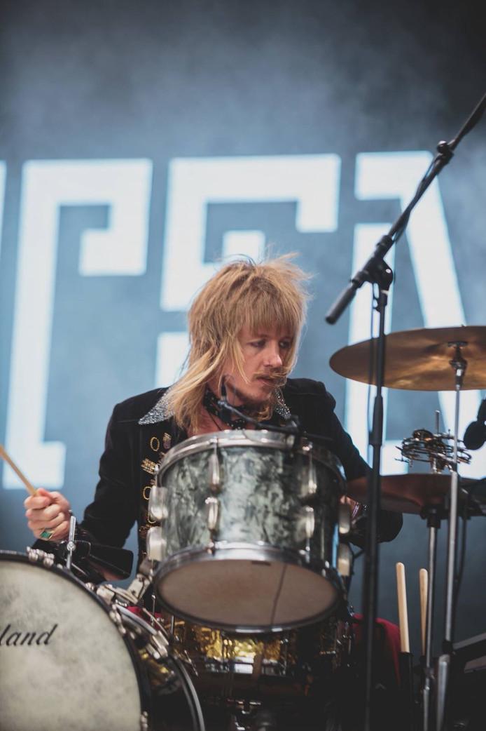 Rens Ottink achter de drums als drummer van Temples