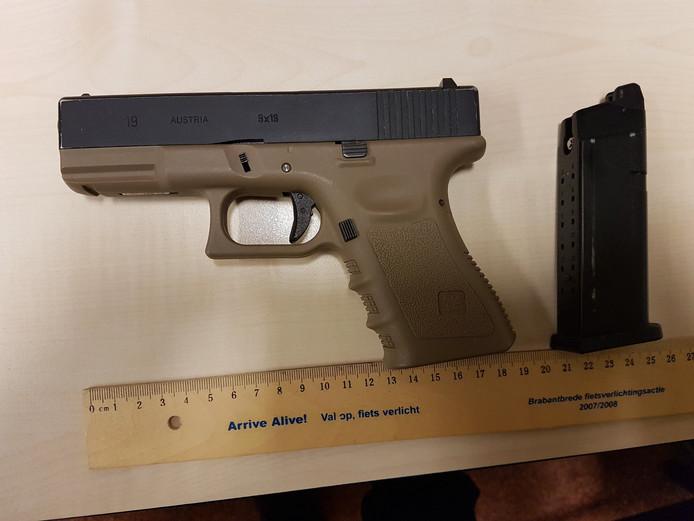Het neppe vuurwapen dat gevonden werd in Rijen.