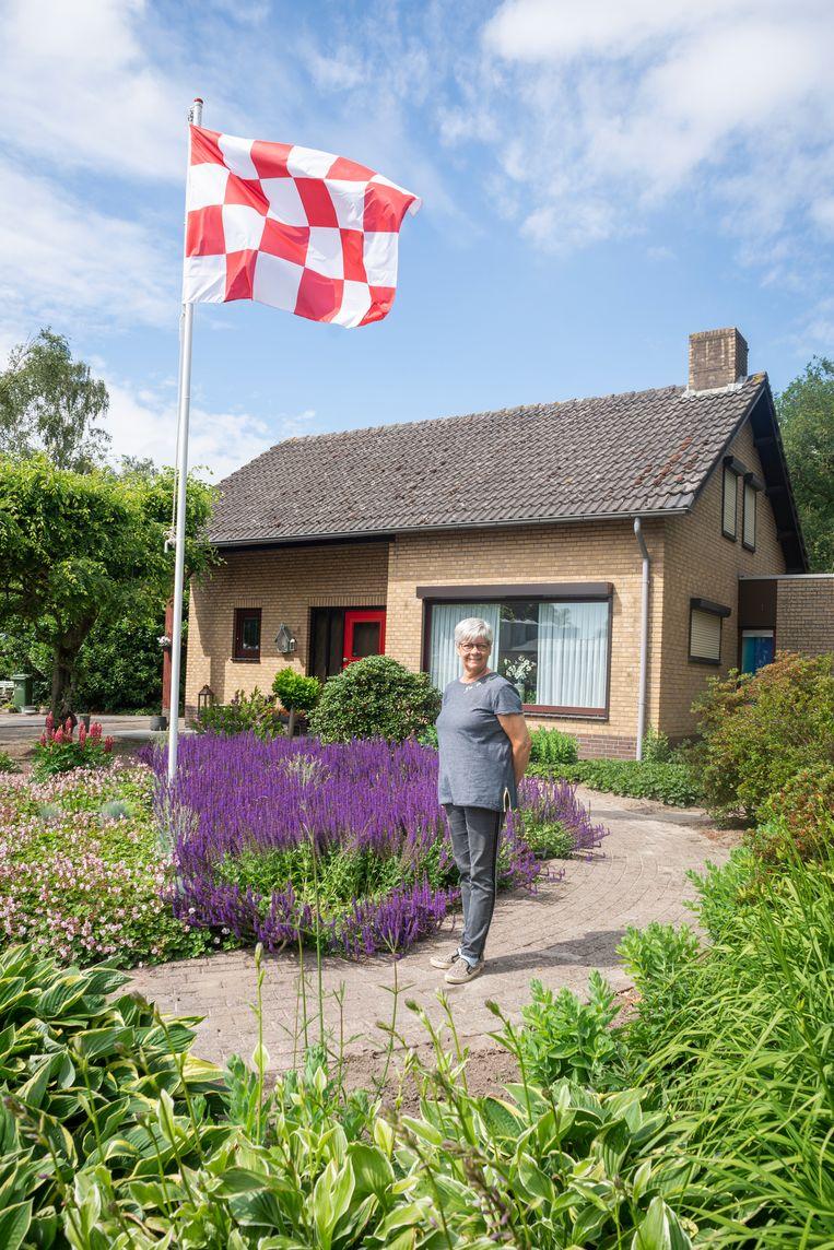 Corry Verhoeven met haar Branbantse vlag. Beeld Roos Pierson