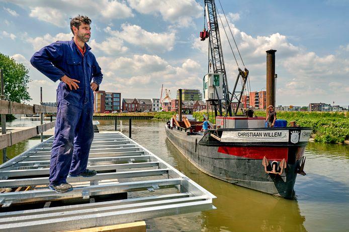 Elio Barone van Leefwerf de Biesbosch is blij dat inrichting van de historische haven nu eindelijk echt gestart is. ,,Het lijkt allemaal nog een beetje onwerkelijk.''