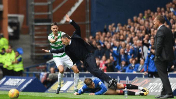 Het slachtoffer hoeft niet altijd de tegenstrever te zijn: middenvelder Rangers maait eigen trainer onderuit