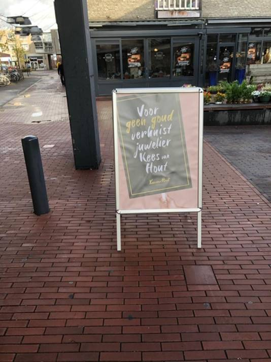 Het protestbord van juwelier Kees van Hout.