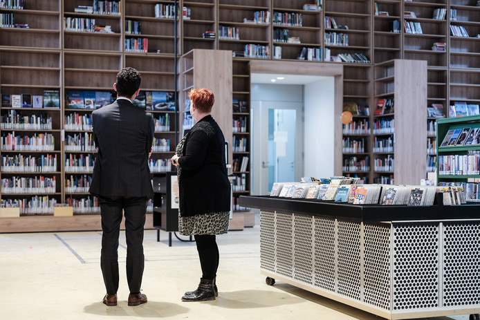 Burgemeester Lucien van Riswijk bekijkt de nieuwe bibliotheek in Hal12, eerder deze maand.  Foto : Jan Ruland van den Brink