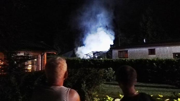 Maandagavond: bewoners van Recreatiepark Beekbergen kijken toe hoe het chalet afbrandt.