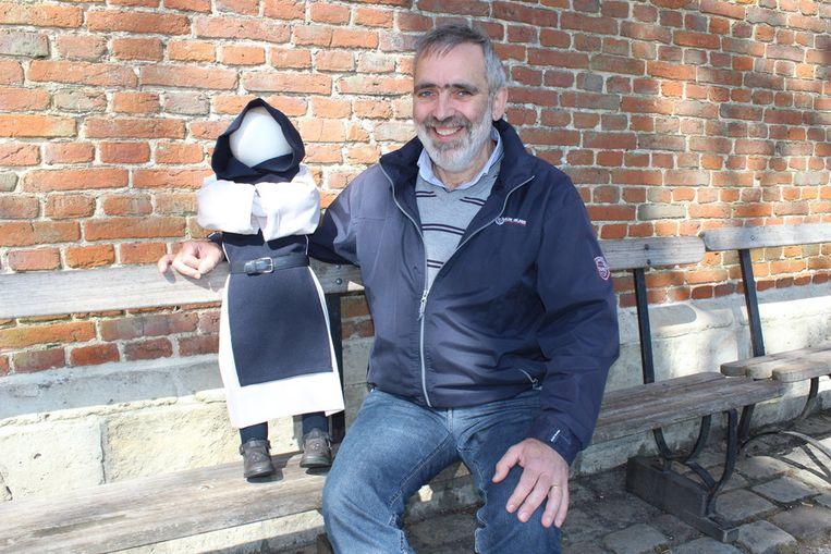 Luc Gheldof met de, nog even, naamloze mascotte van trappistenclub Nostergaudium.