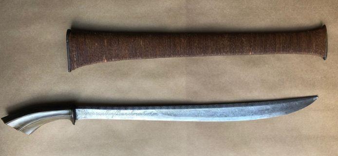Een eeuwenoud zwaard, dat in de jaren '80 werd gestolen uit Slot Zuylen, is weer terecht.