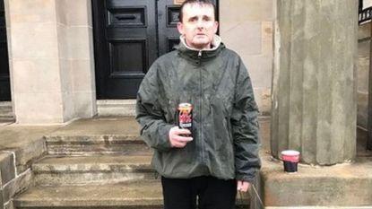 Dakloze man staat uren in de regen om de meest prachtige reden