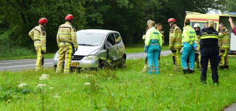 Automobilist gevangen in eigen auto door airbag na crash bij Deventer