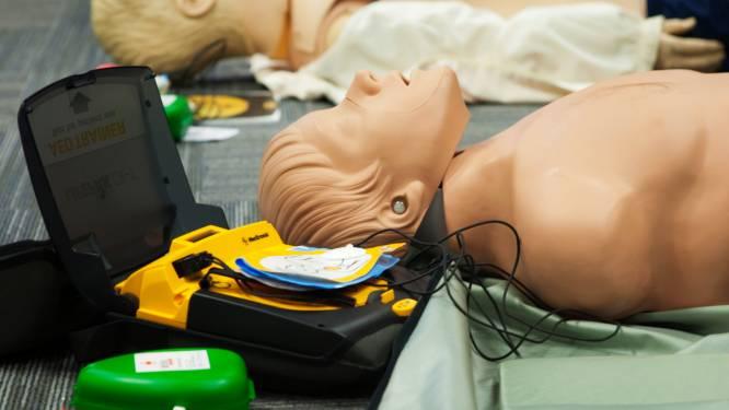 """Reanimeren? Ambulanciers tonen hoe het moet: """"Binnen de 4 minuten starten met reanimeren kan de overlevingskans vergroten met 70%"""""""
