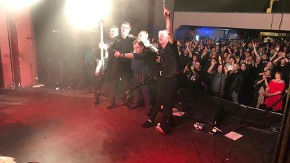 Meer dan vierhonderd rockliefhebbers zakken af naar Zaal Lux voor concert The Godfathers