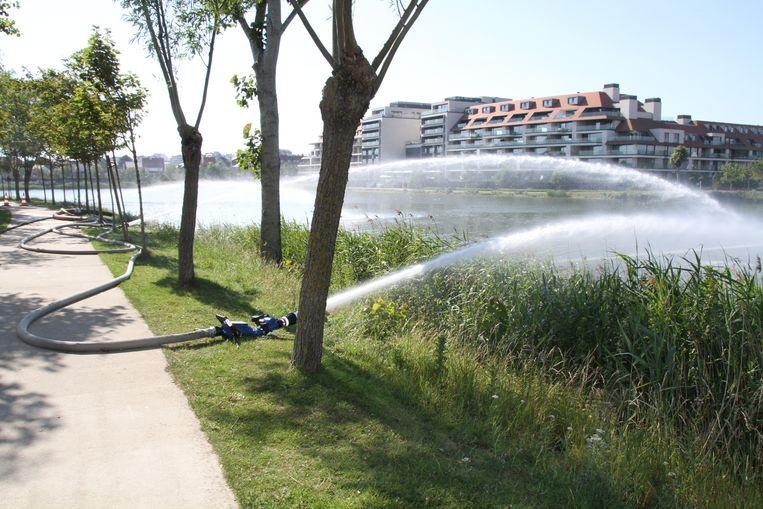 De brandweer bracht met een fonteineffect extra zuurstof in het water van het Zegemeer