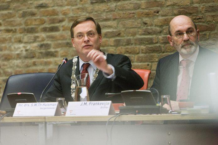 Oud-burgemeester Stefan Huisman in 2010. Rechts naast hem de toenmalige griffier Jan Frankevijle.