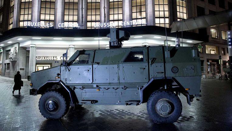 Een legervoertuig van het Belgische leger voor het treinstation Brussel CS Beeld anp