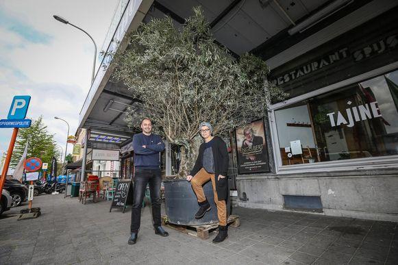 Yousra Rifi en Pablo Hannon op de plaats waar de buurt een stationstuin wil aanleggen.