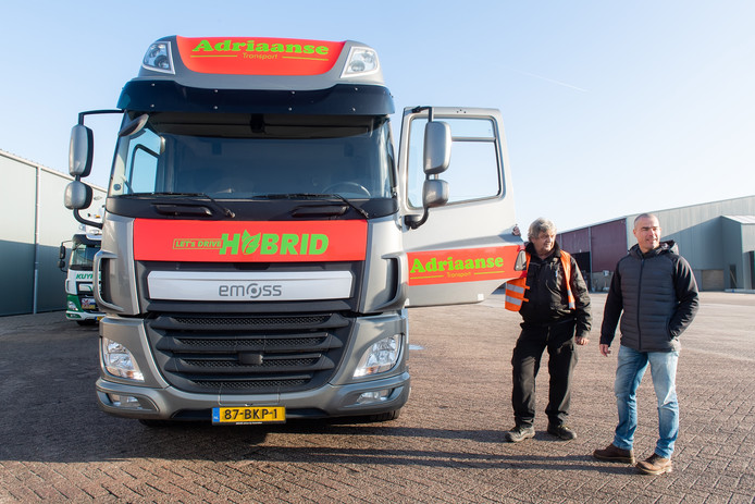 Henk Adriaanse (r) met chauffeur Jack van de elektrische vrachtwagen