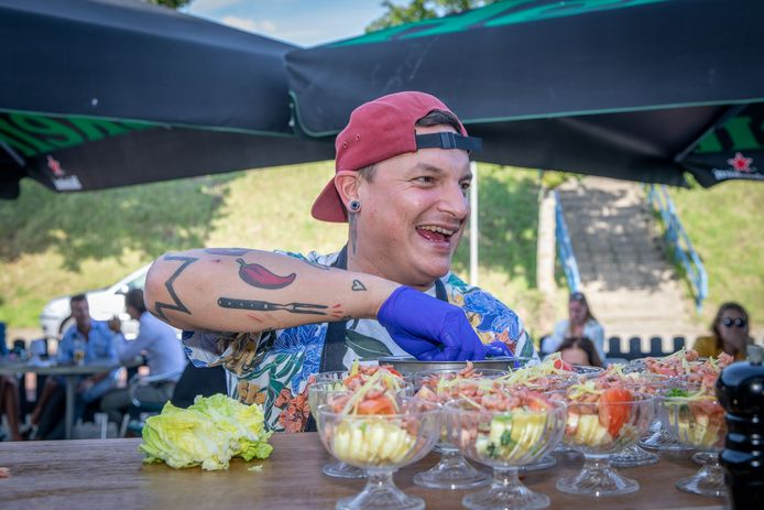 Tv-kok Job Pattinasarany nam zondag de keuken van Hotel Smit in Wemeldinge over. Op de foto legt hij de laatste hand aan zijn interpretatie van de klassieke garnalencocktail.