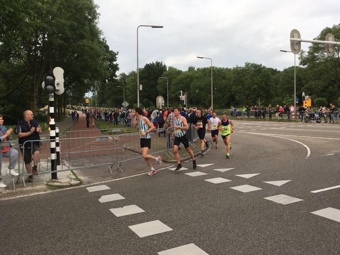 Op sommige plekken is het bijzonder druk langs het parcours. Foto: Floris Brandriet