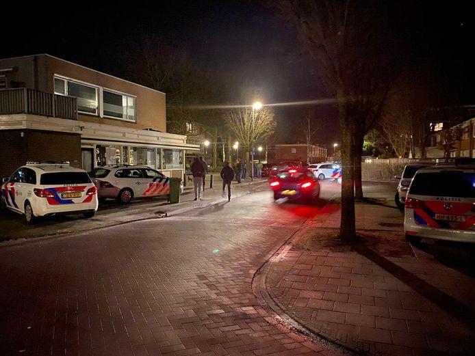 De politie rukte massaal uit naar het Oranjekwartier in Deventer waar buren met elkaar slaags raakten. Uiteindelijk snelde ook de marechaussee te hulp.