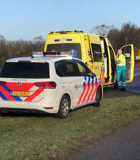 Taxibusje ziet bromfietsster over het hoofd in Den Ham