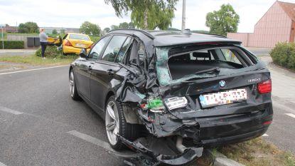 Verstrooide tractorbestuurder ramt drie auto's op rotonde