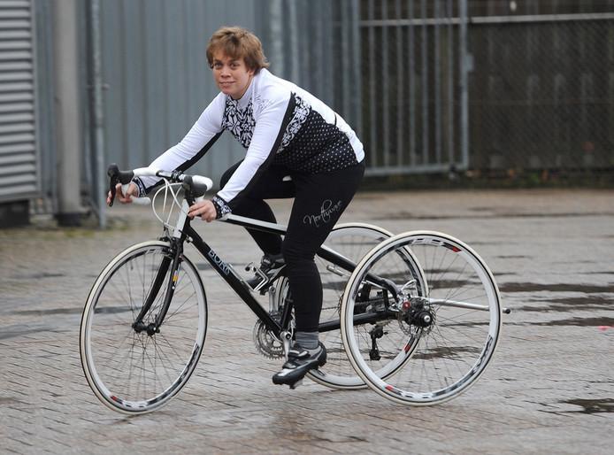 Lisette de Heide op haar tri-bike.
