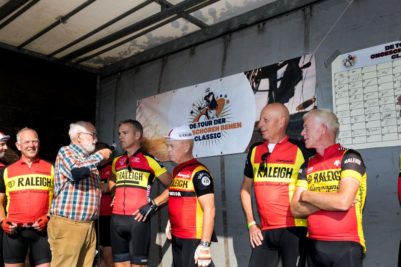 De tour der ongeschoren benen in Lierop met Peter Winnen (R)