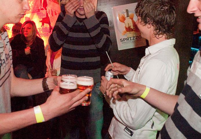Het drinken van alcohol mag pas vanaf 18 jaar, omdat het schadelijk is voor de ontwikkelingen van de hersenen.